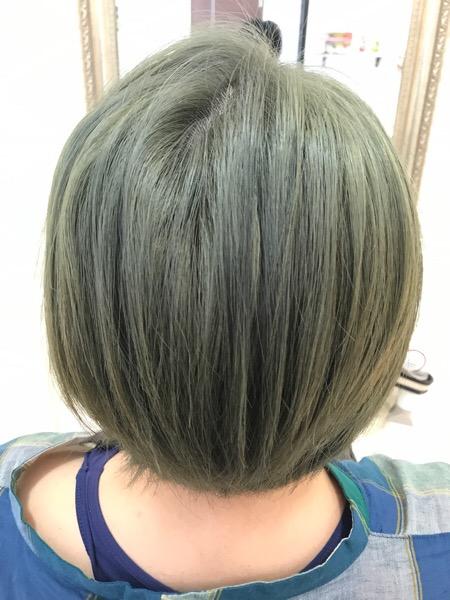 緑っぽい感じになってます。 この状態から綺麗なアッシュグレーにする為に今回はダブルカラーでいきました!